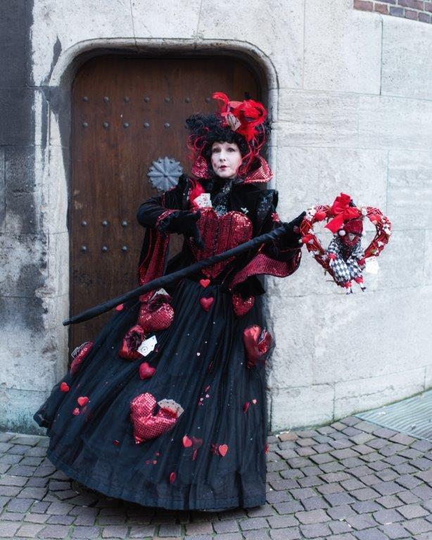 Bremer Karneval Frau in Kostüm posiert vor einer alten Tür