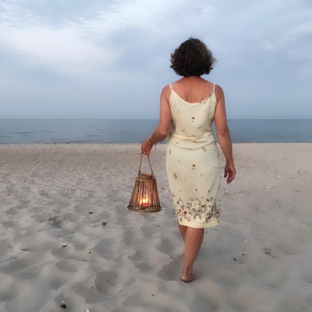 Frau am Meer, Strand, Laterne